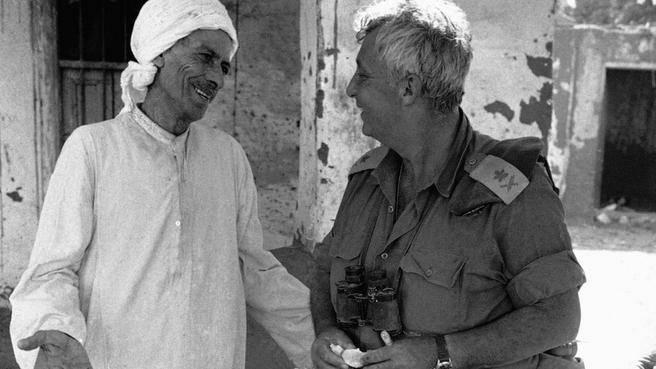 23 ottobre 1973: Sharon con un contadino egiziano in un villaggio presso Ismailia, sulla sponda ovest del Canale di Suez