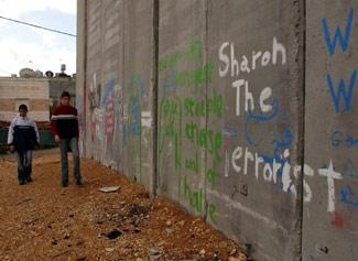 """""""Sharon il terrorista"""", vergato su un tratto della barriera difensiva che ha fermato i terroristi stragisti della seconda intifada"""