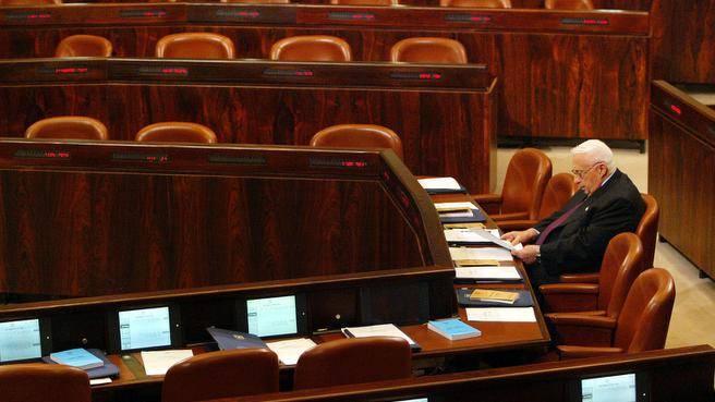 25 ottobre 2004: Sharon alla Knesset prepara il discorso per presentare il suo piano di disimpegno dalla striscia di Gaza