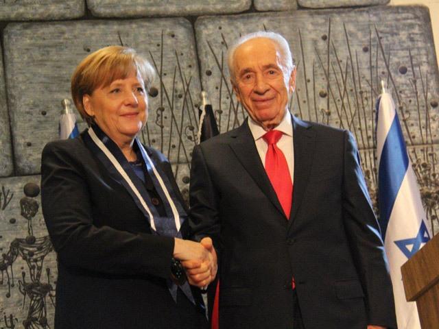 Il cancelliere Agela Merkel e il presidnete d'Israele Shimon Peres lo scorso 24 febbraio, a Gerusalemme