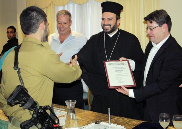 Padre Gabriel Nadaf consegna un riconoscimento a un soldato arabo cristiano