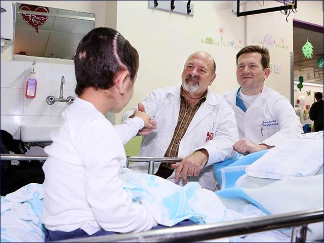 Il piccolo K., 6 anni, con due neurochirurghi del Rambam: Joseph Guilbard (a sinistra) e Sergey Abeshaus (a destra)