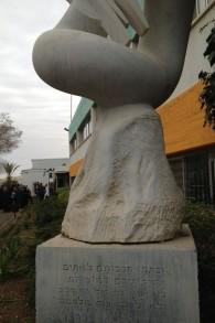 Il monumento all'ingresso della fabbrica con le parole di pace del profeta Isaia