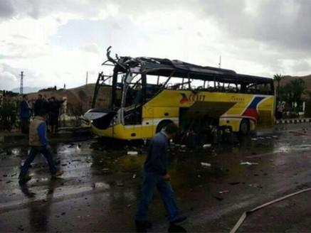 L'autobus di turisti colpito dall'attentato jihadista di domenica a Taba (Egitto)
