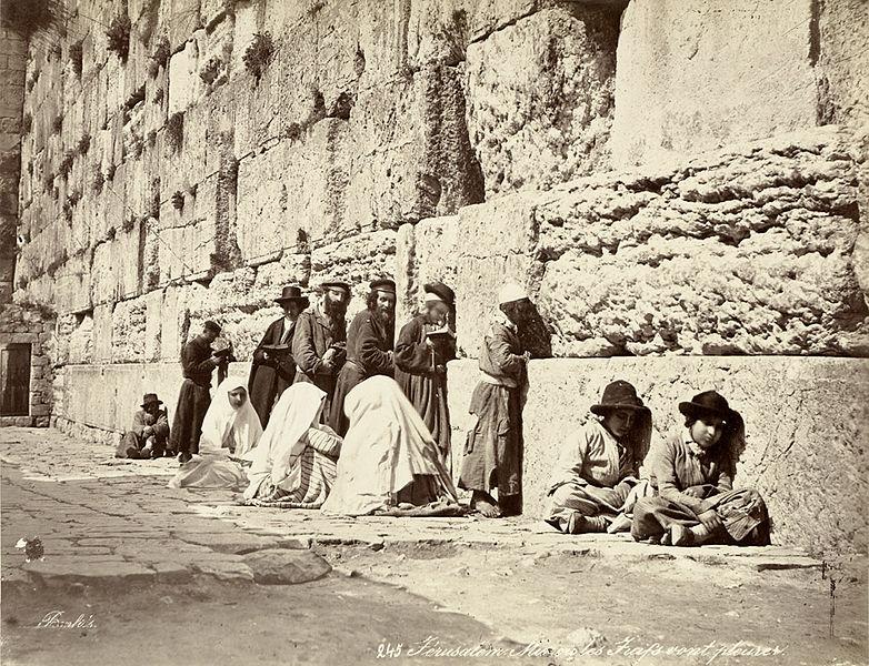 """Ebrei in preghiera al Kotel (""""Muro del pianto"""") fotografati negli anni '70 del XIX secolo."""