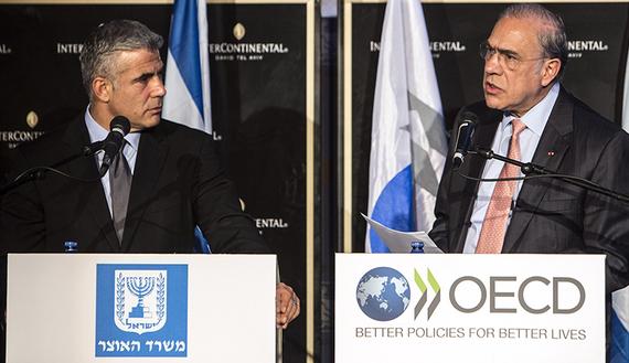 Il Segretario generale dell'OCSE Angel Gurria (a destra) in conferenza stampa con il ministro delle finanze israeliano Yair Lapid