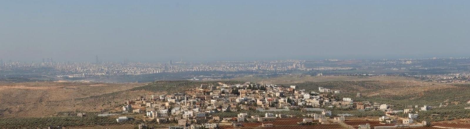 L'area metropolitana di Tel Aviv vista dalle colline di Samaria (Cisgiordania)