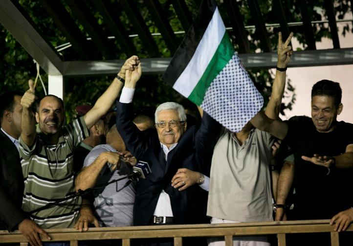 Il presidente dell'Autorità Palestinese Mahmoud Abbas (Abu Mazen) accoglie e onora un gruppo di terroristi scarcerati da Israele (Ramallah, agosto 2013)