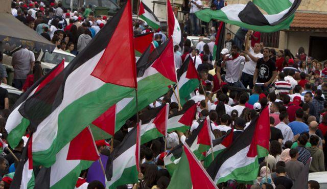 Bandiere palestinesi ad una manifestazione di arabi israeliani a Umm el-Fahm