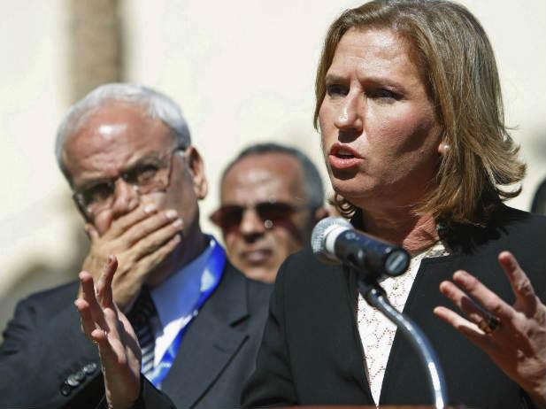 Il capo negoziatore palestinese Saeb Erekat e quello israeliano Tzipi Livni (in una immagine d'archivio)