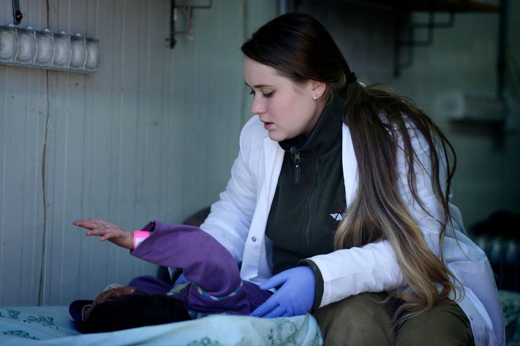 Un'operatrice medica dell'ospedale da campo allestito dalle Forze di Difesa israeliane sulle alture del Golan si occupa di un ferito nella guerra civile siriana