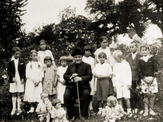 Mons. Angelo Roncalli con un gruppo di bambini a Istanbul