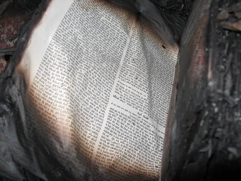 Rotoli della Legge bruciati nell'incendio della sinagoga di Harish, bassa Galilea