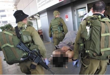 Soldati israeliani trasportano un ferito siriano