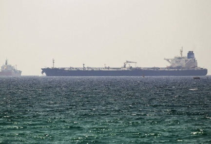 La petroliera Altai davanti al porto israeliano di Ashkelon (foto Reuters, 20.6.14)