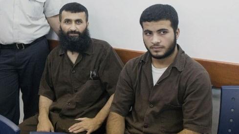 Ziad Awad (a sinistra), terrorista di Hamas scarcerato da Israele nel 2011 nell'ambito del ricatto per la liberazione di Gilad Shalit, e suo figlio Izz Eddin (a destra), nel tribunale di Ofer lo scorso 23 giugno, arrestati e incriminati per l'assassinio Baruch Mizrahi