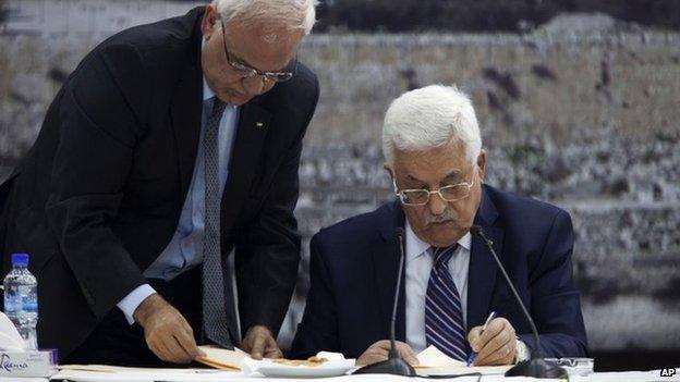 """Un mese prima della scadenza dei negoziati concordati con gli Stati Uniti e senza aver raggiunto un accordo con Israele, martedì 1 aprile il presidente dell'Autorità Palestinese Mahmoud Abbas (Abu Mazen) firma la domanda di ammissione dello """"stato di Palestina"""" a quindici convenzioni internazionali e agenzie Onu, in violazione degli impegni che si era assunto"""