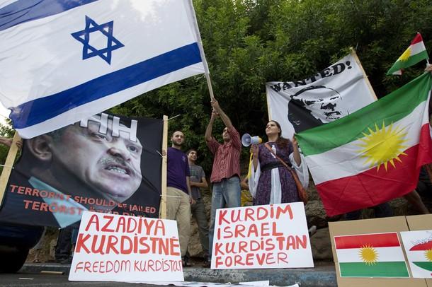 Una manifestazione di israeliani di origine curda davanti all'ambasciata turca a Tel Aviv