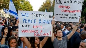 """Manifestanti il 31 luglio a Parigi. Sui cartelli: """"Protestiamo per la pace e la calma, non per l'odio, la violenza e la guerra"""" – """"Onu, dove sono le tue condanne di Hamas? Anche quelle nascoste sotto le scuole dell'Unrwa?"""""""