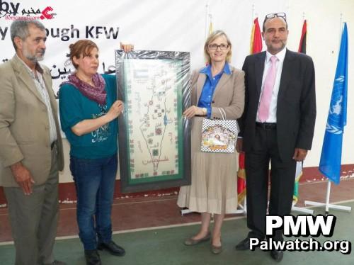 """Maggio 2013: Dirigenti Unrwa in posa con una mappa della """"Palestina"""" (dove risulta cancellato lo stato di Israele)"""