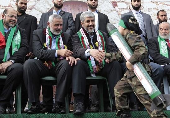 """I capi di Hamas si complimentano con un """"balilla"""" palestinese fatto sfilare con un modellino di razzo Qassam"""