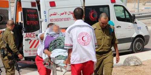 Unità mediche delle Forze di Difesa israeliane prendono in consegna feriti palestinesi trasportati al confine dalla Mezzaluna Rossa