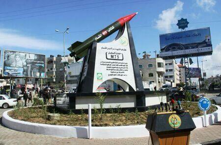 La piazza di Gaza dedicata da Hamas alla celebrazione dei missili M-75 (in grado di raggiungere 3,5 milioni di israeliani)