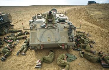 Una pausa di riposo di soldati israeliani stremati dai combattimenti