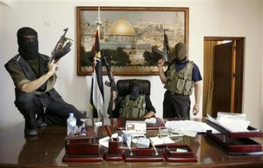 Gaza, giugno 2007: miliziani di Hamas nello studio personale del presidente dell'Autorità Palestinese Mahmoud Abbas (Abu Mazen), dopo averne cacciato gli uomini di Fatah