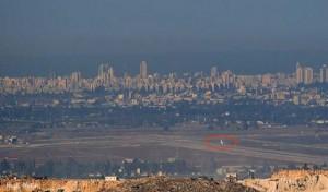 Nel cerchio rosso, un aereo civile in decollo dall'aeroporto internazionale Ben-Gurion, visto dalla Cisgiordania