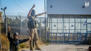 """Jihadisti qaedisti del fronte anti-Assad """"Jabhat al-Nusra"""" si fanno fotografare sul Golan a pochi metri dalla recinzione di confine con Israele"""
