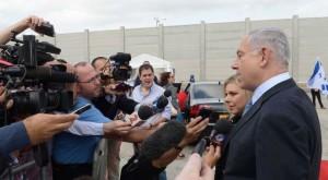 Il primo ministro israeliano Benjamin Netanyahu parla domenica con i giornalisti all'aeroporto Ben Gurion prima della partenza per gli Stati Uniti