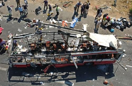 Un autobus di studenti diretti a scuola colpito da un attentato suicida la mattina del 18 giugno 2002 a Gerusalemme: 18 morti
