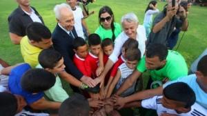 """1 settembre 2014, kibbutz Dorot – L'ex presidente israeliano Shimon Peres al calcio d'inizio della prima """"partita della convivenza"""", fra giovani isarelianbi e palestinesi"""