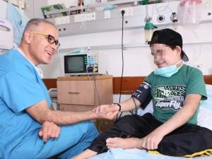 Il giovane palestinese M. in compagnia di Mahdi Tarabia, capo infermiere di nefrologia pediatrica all'ospedale Rambam di Haifa
