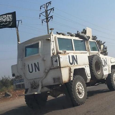La bandiera di al-Qaeda issata su un veicolo Onu catturato da ribelli islamisti siriani sul Golan