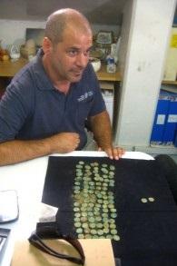 L'archeologo Pablo Betzer con le monete della rivolta ebraica di duemila anni fa