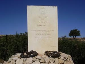 Il cippo in ricordo dell'aereo abbattuto a Givat Hamatos