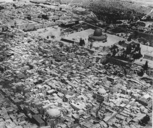 Gerusalemme ai primi del '900. I due edifici a cupola nella parte bassa della foto sono le antiche sinagoghe di Hurva e Tiferet Yisrael, distrutte dalla Legione Araba quando occupò la parte est della città nel 1948
