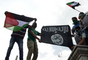 Bandiere ISIS e palestinesi ad una recente manifestazione anti-israeliana nel Kashmir