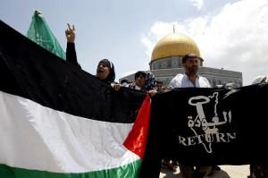 Manifestazione contro la presenza di ebrei sul Monte del Tempio (sulla bandiera a destra, la consueta mappa delle rivendicazioni palestinesi con la cancellazione di Israele dalla carta geografica)
