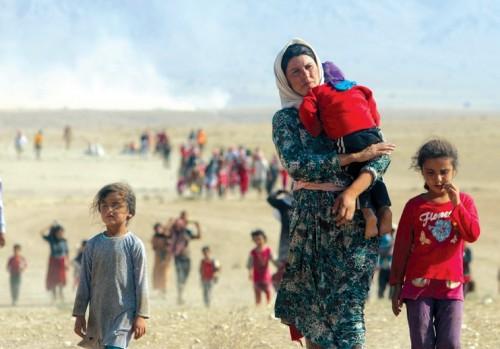 Profughi yazidi iracheni in fuga dai jihadisti dell'ISIS, lo scorso agosto, press oil confine con la Siria