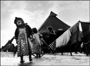 Profughi ebrei in fuga da paesi arabi, nella celebre foto scattata intorno al 1949 da Robert Capa (della Magnum) nel campo di transito di Sha'ar Ha'aliya, presso Haifa.