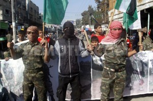 Palestinesi celebrano la strage di fedeli ebrei nella sinagoga di Har Nof, a Gerusalemme