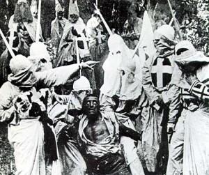 """Il Ku Klux Klan ritratto in una scena del film """"Nascita di una nazione"""" di D. W. Griffith (1915)"""