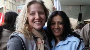 Shani insieme all'agente Ziona, al centro di reclutamento delle Forze di Difesa israeliane