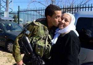 Un soldato arabo-israeliano con sua madre