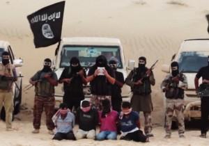 """Settembre 2014: fermo-immagine di un video in cui terroristi Ansar Bayit al-Maqdis decapitano degli egiziani del Sinai accusati di """"collaborare"""" con Israele"""