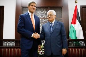 Il Segretario di Stato Usa John Kerry e il presidente dell'Autorità Palestinese Mahmoud Abbas (Abu Mazen)