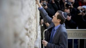 Il leader di Unione Sionista, Isaac Herzog, al Muro Occidentale (del Pianto) di Gerusalemme